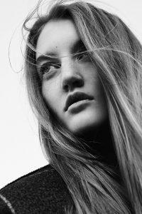 Монохромный портрет девушки