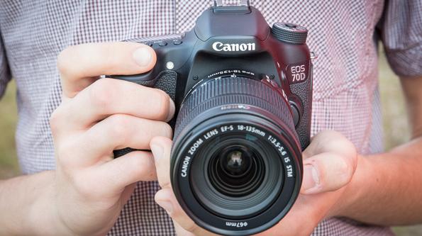Как-держать-фотоаппарат-при-съемке-с-рук